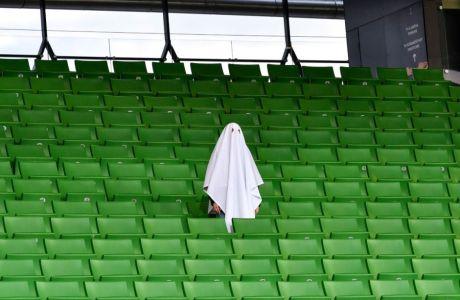 Άντρας εμφανίστηκε ντυμένος φάντασμα, πριν από το ξεκίνημα της αναμέτρησης της ΛΑΣΚ Λιντς με τη Μάντσεστερ Γιουνάιτεντ