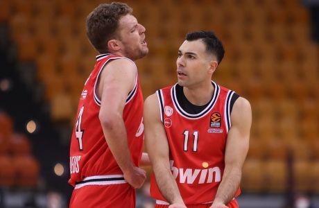 Οι Αλέξανδρος Βεζένκοφ και Κώστας Σλούκας κατά τη διάρκεια της αναμέτρσης του Ολυμπιακού με τη Φενέρμπαχτσε στο ΣΕΦ