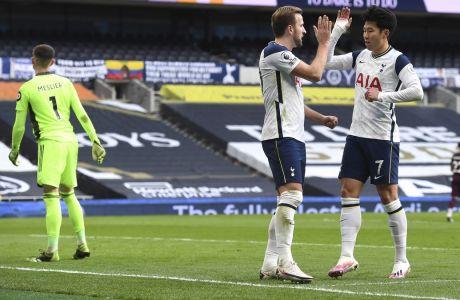 Χάρι Κέιν και Σον Χέουνγκ Μιν πανηγυρίζουν στο 3-0 της Τότεναμ επί της Λιντς στο Λονδίνο, για την 16η αγωνιστικής της Premier League | 2 Ιανουαρίου 2021 (Andy Rain/Pool via AP)