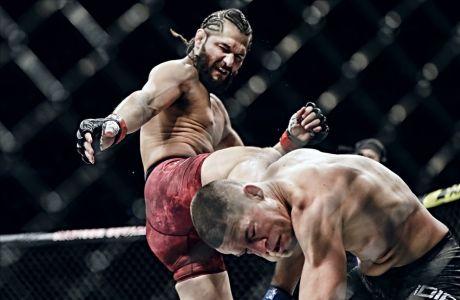 Ο Χόρχε Μάζβινταλ περνάει μια δεξιά κλωτσιά στο πρόσωπο του γονατισμένου Νέιτ Ντίαζ στον αγώνα τους για το UFC 244, Νέα Υόρκη, Κυριακή 3 Νοεμβρίου 2019