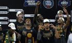 Οι παίκτες του Μπέιλορ έτοιμοι να γιορτάσουν την κατάκτηση του NCAA στην απονομή του τροπαίου