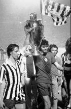 COPPA DEI CAMPIONI--Un' immagine d' archivio risalente al 30 maggio 1973: Johan Cruijff, sinistra, capitano dell' Ajax, solleva la Coppa dei Campioni insieme al suo compagno di squadra Barry Hulshoff, dopo aver battuto la Juventus per 1 a 0 nella finale disputata a Belgrado. La Juventus ha ottenuto la sua rivincita ieri sera, battendo ai rigori la squadra olandese. (Ap Photo/files)