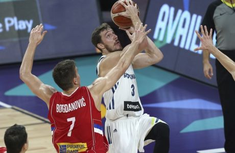 Serbia's Bogdan Bogdanovic, left, tries to block Slovenia's Goran Dragic, right, during their Eurobasket European Basketball Championship final match in Istanbul, Sunday, Sept. 17. 2017. (AP Photo/Emrah Gurel)
