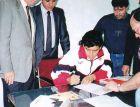 Ο Μαραντόνα υπογράφει το συμβόλαιό του με τη Σεβίγια τον Σεπτέμβριο του 1992.