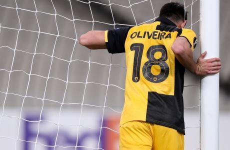 Ο Νέλσον Ολιβέιρα έχει μόλις αστοχήσει από το 1 μέτρο σε κενή εστία, στο 19' της αναμέτρησης ΑΕΚ - Μπράγκα 1-3 στο ΟΑΚΑ, για την 5η αγ. των ομίλων του Europa League.  (KLODIAN LATO / EUROKINISSI)