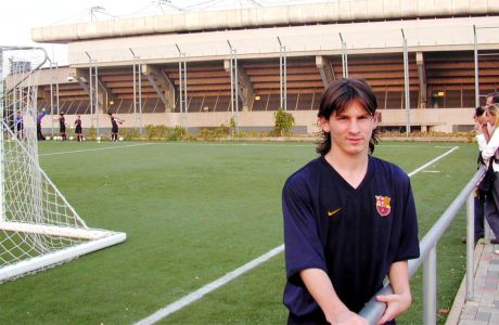 Ο Λέο Μέσι στα γήπεδα της Μασία πίσω από το Mini Estadi (2003)