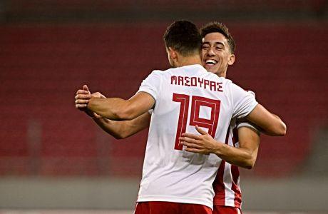 Τσιμίκας και Μασούρας πανηγυρίζουν κατά τη διάρκεια του Ολυμπιακός-ΑΕΛ, την Τετάρτη 18 Δεκεμβρίου 2019