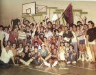 Αναμνηστική φωτογραφία από το πανελλήνιο πρωτάθλημα εφήβων στο Βόλο και τον θρίαμβο του Παγκρατίου. Παίκτες, παράγοντες, συγγενείς, φίλοι πανηγυρίζουν τον εθνικό τίτλο. Ο Θεοδόσης λείπει (δεν άντεχε τα πολλά-πολλά)