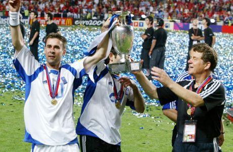 Ο Βασίλης Τσιάρτας με το τρόπαιο του EURO 2004.