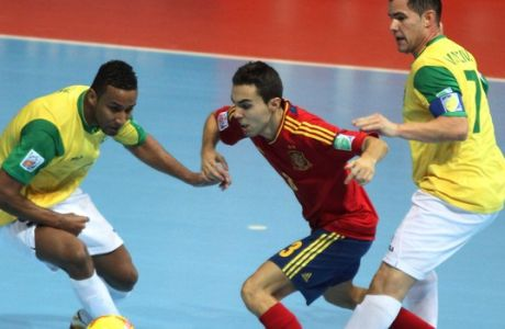 Aicardo of Spain, center, is challenged by Je of Brazil, left, and Vinicius during their FIFA Futsal World Cup final match in Bangkok, Thailand, Sunday Nov. 18, 2012. Brazil beat Spain 3-2. (AP Photo)