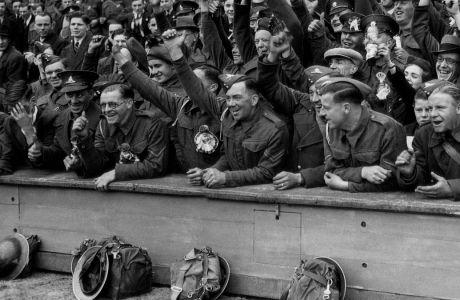 Μέλη των Βρετανικών δυνάμεων του στρατού παρακολουθούν την αναμέτρηση Πρέστον Άρσεναλ στο Wembley Stadium του Λονδίνου στον τελικό του Football League War Cup | 10 Μαΐου 1941
