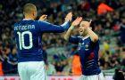 """Μπενζεμά και Βαλμπουενά πανηγυρίζουν το γκολ του δεύτερου στο φιλικό της Γαλλίας με την Αγγλία στο """"Γουέμπλεϊ"""" (17/11/2010)."""
