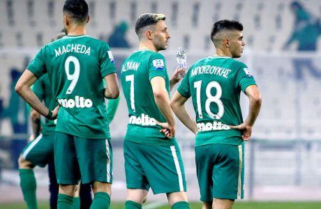 Από αριστερά, οι Φεντερίκο Μακέντα, Όμρι Άλτμαν και Γιάννης Μπουζούκης κοιτάζουν την εισβολή οπαδών του Παναθηναϊκού στον αγωνιστικό χώρο του ΟΑΚΑ, στο ντέρμπι με τον Ολυμπιακό για τη Super League 2018-2019, Κυριακή 17 Μαρτίου 2019