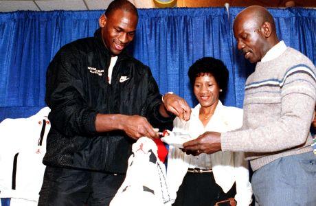 Ο Μάικλ Τζόρνταν με τον πατέρα του, Τζέιμς, κόβουν την τούρτα (σε σχήμα Air Jordan) των 26ων γενεθλίων του άσου των Σικάγο Μπουλς, Σικάγο, Παρασκευή 17 Φεβρουαρίου 1989