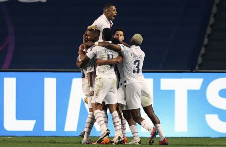 Οι παίκτες της Παρί Σεν Ζερμέν πανηγυρίζουν το τέρμα του Τσούπο-Μότινγκ στον προημιτελικό του Champions League κόντρα στην Αταλάντα, με το οποίο επικράτησαν με σκορ 2-1 στο 'Da Luz' της Λισσαβώνας στις 12 Αυγούστου 2020 Aug. 12, 2020. (Rafael Marchante/Pool via AP)