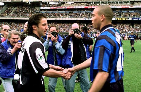 Ο Αλεσάντρο ντελ Πιέρο της Γιουβέντους και ο Ρονάλντο της Ίντερ σε στιγμιότυπο πριν από την αναμέτρηση για τη Serie A 1997-1998 στο 'Ντέλε Άλπι', Τορίνο, Κυριακή 26 Απριλίου 1998