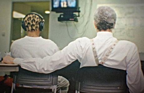 Φιλ Τζάκσον και Ντένις Ρόντμαν σε στιγμή περισυλλογής. Σκηνή από το τρίτο επεισόδιο του 'Last Dance'.