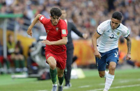 O Τρινκάο με την φανέλα της Πορτογαλίας και ο Φρανσίσκο Ορτέγα της Αργεντινής, διεκδικούν την μπάλα κατά τη διάρκεια αναμέτρησης μεταξύ Πορτογαλίας και Αργεντινής για το Παγκόσμιο Κύπελλο Νέων
