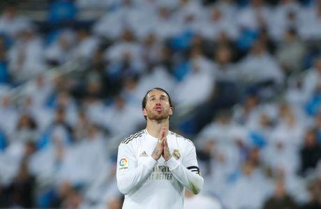 Ο Σέρχιο Ράμος προσεύχεται κατά τη διάρκεια του ντέρμπι Ρεάλ Μαδρίτης-Μπαρτσελόνα, που έγινε την 3η μέρα του 2020. Σήμερα αυτή η στάση προσοχή εκφράζει τους περισσότερους πολίτες της Μαδρίτης και της Βαρκελώνης