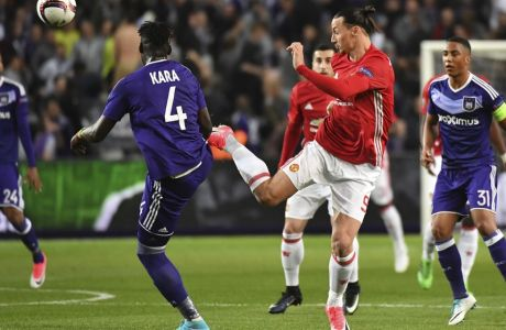 United's Zlatan Ibrahimovic, 2nd right, attempts a shot at goal during a Europa League quarterfinal first leg soccer match between Anderlecht and Manchester United at the Constant Vanden Stock stadium in Brussels, Thursday, April 13, 2017. (AP Photo/Geert Vanden Wijngaert)