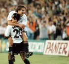 Ανγκλομά και Πιόχο Λόπες πανηγυρίζουν το γκολ του δεύτερου στο 6-0 της Βαλένθια επί της Ρεάλ Μαδρίτης στον ημιτελικό του ισπανικού Κυπέλλου (9/6/1999)