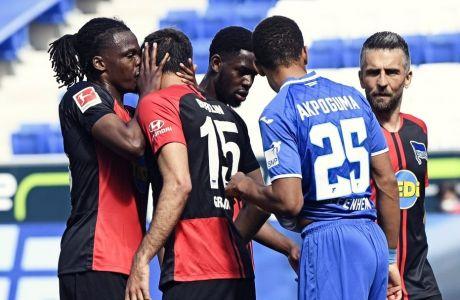 Οι ποδοσφαιριστές της Χέρτα πανηγυρίζουν τη σαββατιάτικη νίκη στην έδρα της Χοφενχάιμ
