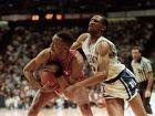 Ο Μilt Wagner, σε άμυνα στον Johnny Dawkins, στον τελικό του NCAA μεταξύ του Louisville και του Duke, τον Απρίλιο του 1986 (AP Photo/David Breslaurer)