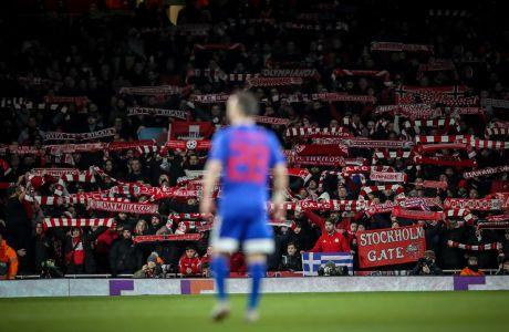Ο Ματιέ Βαλμπουενά του Ολυμπιακού μπροστά στους φιλάθλους της ομάδας του στην αναμέτρηση με την Άρσεναλ για τον 2ο αγώνα της φάσης των 32 του Europa League 2019-2020 στο 'Έμιρεϊτς', Λονδίνο, Πέμπτη 27 Φεβρουαρίου 2020