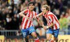 """Αγουέρο και Φορλάν πανηγυρίζουν ένα γκολ του δεύτερου σε ματς της Ατλέτικο με τη Ρεάλ Μαδρίτης στο """"Μπερναμπέου"""" (7/3/2009)."""