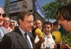 Ο Φλορεντίνο Πέρεθ μόλις έχει ψηφίσει στις εκλογές του 2000 και κάνει δηλώσεις στους δημοσιογράφους. Λίγες ώρες αργότερα θα είναι ο 15ος πρόεδρος στην ιστορία της Ρεάλ Μαδρίτης (16/7/2000).