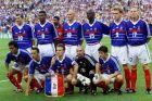Ο Κριστιάν Καρεμπέ (κάτω σειρά, πρώτος από αριστερά) στην ενδεκάδα της εθνικής Γαλλίας πριν από τον τελικό με τη Βραζιλία για το Παγκόσμιο Κύπελλο 1998 στο 'Σταντ ντε Φρανς', Παρίσι | Κυριακή 12 Ιουλίου 1998