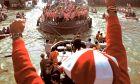 Η πρωταθλήτρια ομάδα της Αθλέτικ το 1983, ανεβαίνει τον ποταμό Νερβιόν στο Μπιλμπάο μέσα στη θρυλική gabarra (φορτηγίδα) εν μέσω αποθέωσης.