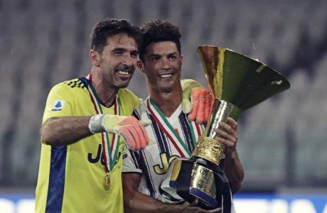 Ο Τζιανλουίτζι Μπουφόν και ο Κριστιάνο Ρονάλντο στη διάρκεια της απονομής του τροπαίου για την κατάκτηση του 9ου σερί πρωταθλήματος από τη Γιουβέντους