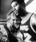 Ο Dr. Μπας αγκαλιά με τον Μάτζικ, μετά την κατάκτηση του πρωταθλήματος του 1980. (AP photo/Gene Pushkar)