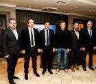 Από αριστερά: Διευθύνων Σύμβουλος Active Media Group Άκης Τσόλης, Δήμαρχος Ιστιαίας-Αιδηψού Ιωάννης Κοντζιάς, Υφυπουργός Πολιτισμού & Αθλητισμού Λευτέρης Αυγενάκης, Αργυρός Ολυμπιονίκης & Παγκόσμιος Πρωταθλητής Κολύμβησης Σπύρος Γιαννιώτης, Ομοσπονδιακός Τεχνικός Κολύμβησης Νίκος Γέμελος, Γενικός Γραμματέας Κεντρικής Ένωσης Δήμων Ελλάδος Δημήτρης Καφαντάρης