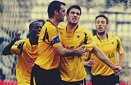 Ο Σωκράτης Παπασταθόπουλος της ΑΕΚ πανηγυρίζει με τον Τραϊανό Δέλλα γκολ που σημείωσε στην αναμέτρηση με τον ΠΑΟΚ για τη Super League 2007-2008 στο γήπεδο της Τούμπας | Κυριακή 13 Απριλίου 2008