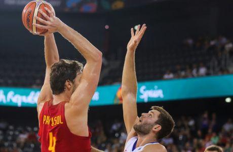 Pau Gasol Saez (D), de la nationala Spaniei, lupta pentru balon cu Kamil Svrdlik (S), de la nationala Cehiei, in meciul de baschet  a Grupei C din FIBA EuroBasket 2017, disputata la Sala Polivalenta din Cluj-Napoca, sambata 2 septembrie 2017. DAN HORIA TAUTAN / MEDIAFAX FOTO