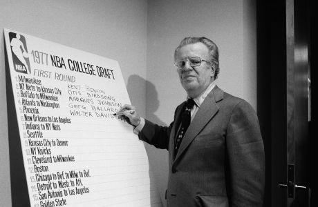 Ο Λάρι Ο Μπράιαν επί τω έργω, στο 1977 ΝΒΑ draft, όταν ο κομισάριος έγραφε τις επιλογές του πρώτου γύρου, έπειτα από τηλεφώνημα σε κάθε οργανισμό (AP Photo/Marty Lederhandler)
