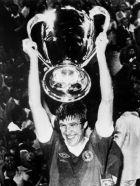 Ο Έμλιν Χιουζ σηκώνει το πρώτο Κύπελλο Πρωταθλητριών της Λίβερπουλ, αμέσως μετά τον τελικό κόντρα στην Γκλάντμπαχ, το 1977 στη Ρώμη