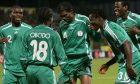 Ο Κρίστιαν Ομπόντο της Νιγηρίας πανηγυρίζει με τον Νουάνκουο Κανού (κέντρο), τον Τζόζεφ Γιόμπο (αριστερά), τον Τάιγ Ταΐουο (2ος δεξιά) και τον Αγίλα Γιουσούφ (δεξιά) γκολ που σημείωσε κόντρα στη Ζιμπάμπουε για τη φάση των ομίλων του Κυπέλλου Εθνών Αφρικής 2006 στο 'Πορτ Σάιντ Στέιντιουμ', Πορτ Σάιντ | Παρασκευή 27 Ιανουαρίου 2006