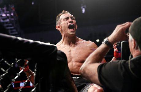 Ο Τόνι Φέργκιουσον πανηγυρίζει τη νίκη του επί του Άντονι Πέτις για τη ζώνη των ελαφριών βαρών στο UFC 229, Λας Βέγκας, Σάββατο 6 Οκτωβρίου 2018