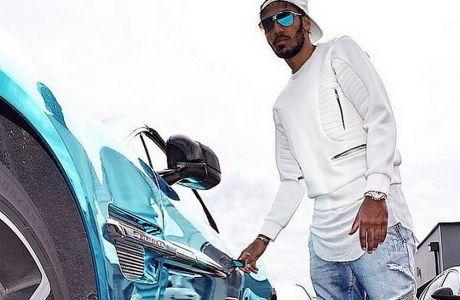 Ο Πιέρ-Εμερίκ Ομπαμεγιάνκ ποζάρει δίπλα σ' ένα από τα εκθαμβωτικά αυτοκίνητα της συλλογής του