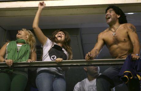Ο Ντιέγκο Μαραντόνα με την κόρη του Ντάλμα και την πρώην σύζυγο του Κλαούντια Βιγιαφάνιε (αριστερά) πανηγυρίζουν στο τέλος της αναμέτρησης Μπόκα Τζούνιορς - Ουνιόν Μαρακαΐμπο για το Copa Libertadores | 22 Απριλίου 2008 (AP Photo/Natacha Pisarenko)