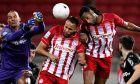 Ο Ελ Αραμπί ακουμπά την μπάλα μετά την επαφή του Σεμέδο και του 'κλέβει' το γκολ, στο 3-0 του Ολυμπιακού επί του ΟΦΗ