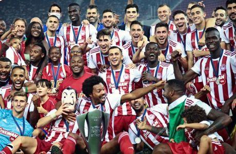 Ποδοσφαιριστές και μη του Ολυμπιακού πανηγυρίζουν την κατάκτηση του 45ου πρωταθλήματος