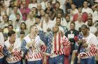 Τζον Στόκτον, Κρις Μάλιν, Τσαρλς Μπάρκλεϊ στην απονομή χρυσού μεταλλίου των Ολυμπιακών Αγώνων 1992, μετά από τη νίκη κόντρα στην Κροατία με 117-85, Βαρκελόνη, Σάββατο 8 Αυγούστου 1992