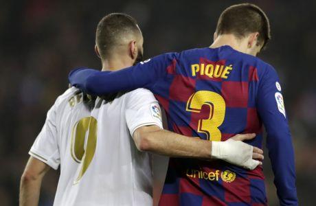 Μπενεζμά και Πικέ αποχωρούν αγκαλιασμένοι από τον αγωνιστικό χώρο του Camp Nou μετά το 0-0 ανάμεσα σε Μπαρτσελόνα και Ρεάλ Μαδρίτης στις 18 Δεκεμβρίου του 2019. AP Photo/Bernat Armangue
