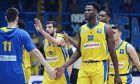 Παίκτες του Περιστερίου αλληλοσυγχαίρονται στον αγώνα πρωταθλήματος με το Ρέθυμνο