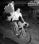 Ο Φάουστο Κόπι κατέκτησε πέντε φορές τη ροζ φανέλα στο Γύρο Ιταλίας. Εδώ πανηγυρίζει τη νίκη του το 1952 στο Μιλάνο.