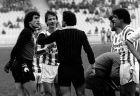 Ο Περικλής Βασιλάκης δέχεται τις διαμαρτυρίες του Νίκου Σαργκάνη και άλλων ποδοσφαιριστών του Ολυμπιακού